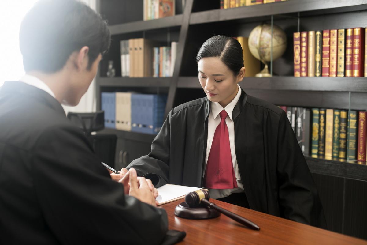 交通事故被告人不出庭怎么办